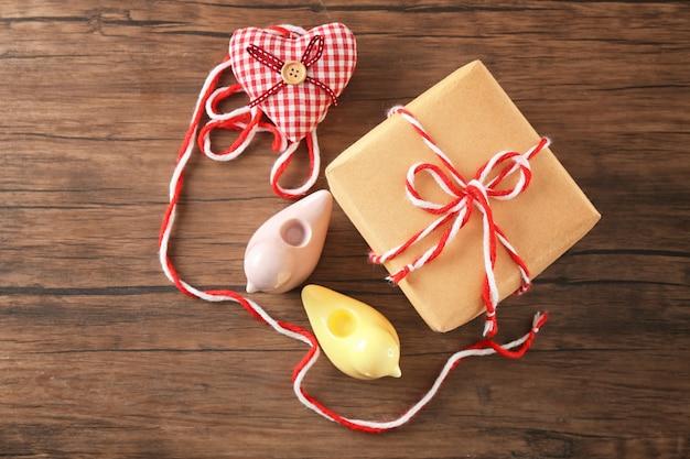 나무 배경에 소포 선물 상자가 있는 구성