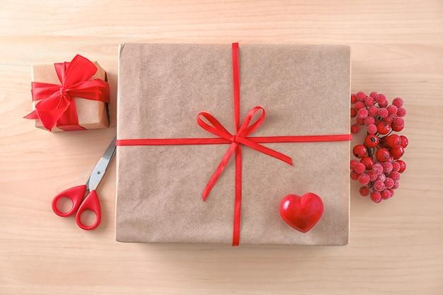 Композиция с подарочными коробками посылки на деревянном столе