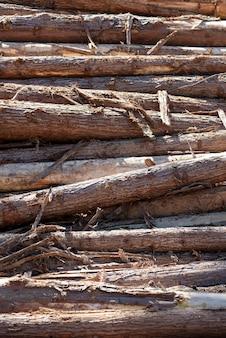 Композиция с кучей деревянных сундуков в крупным планом