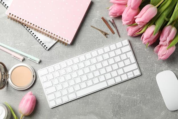 회색 배경, 평면도에 핑크 튤립으로 구성