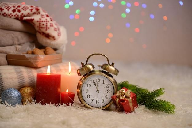 明るい背景の白いカーペットの上に、格子縞、キャンドル、クリスマスの装飾との構成