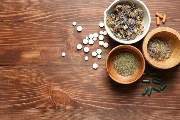 Композиция с таблетками на основе растений и травами на деревянных