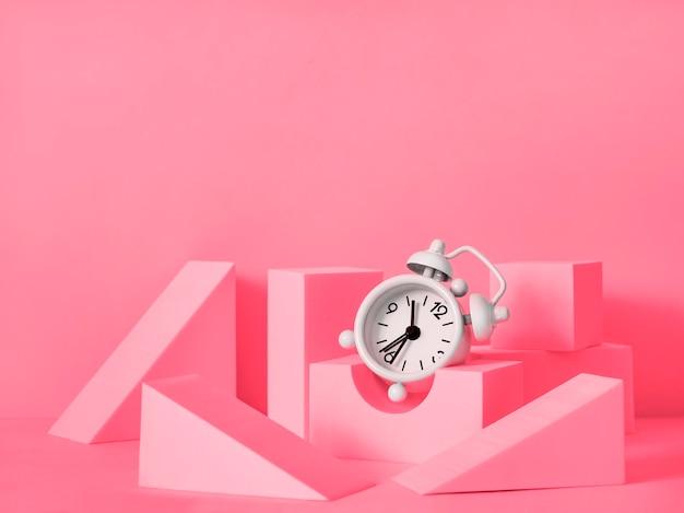 제품 발표를위한 연단 구성. 기하학적 모양과 시계가있는 장면 레이아웃. 유리 진열장. 복사 공간 및 제품 광고.