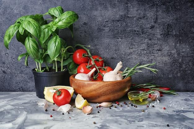 テーブルの上にバジルとスパイスの鍋で構成