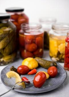 Composizione con verdure conservate