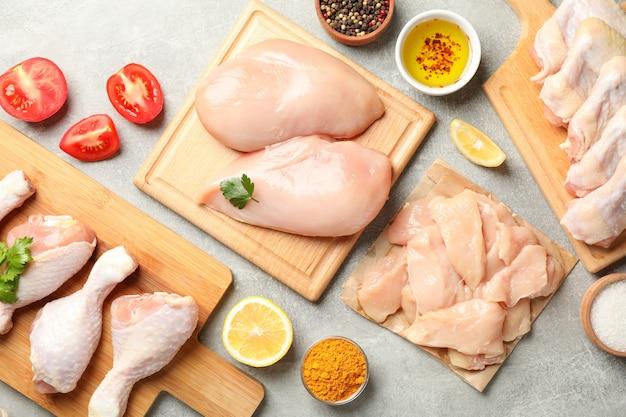 회색 공간, 평면도에 생 닭 고기 구성. 닭고기 요리