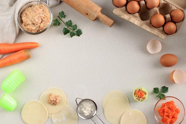 Композиция с сырыми клецками (тусклая сумма) и ингредиентами на белом мраморном фоне. копирование места для текста, процесс приготовления, изготовление шумай, китайский димсум на пару