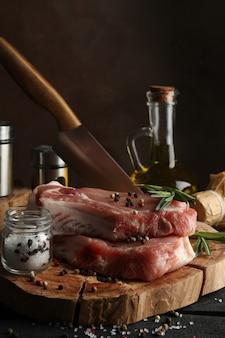 生の肉と成分の組成。料理ステーキのコンセプト