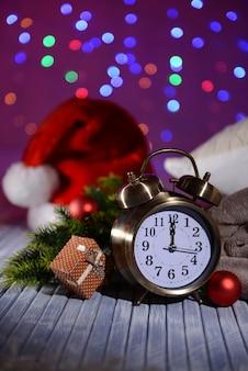 明るい背景にレトロな目覚まし時計とクリスマスの装飾との構成