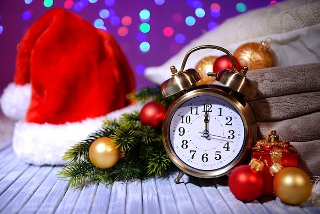 レトロな目覚まし時計とクリスマスの装飾との構成