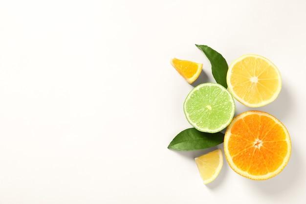 白い背景に熟したレモン、オレンジ、ライムの組成物