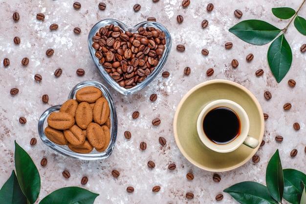 焙煎したコーヒー豆とコーヒー豆の形をしたクッキーの構成