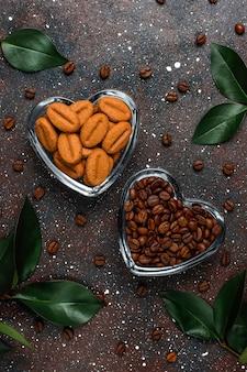 Composizione con chicchi di caffè tostati e biscotti a forma di chicco di caffè