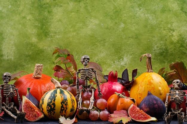 季節の秋の果実との構成。エレガントなハロウィーンや感謝祭のコンセプト