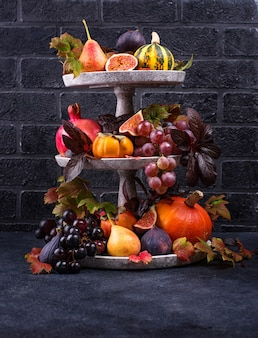 Композиция с сезонными осенними фруктами.