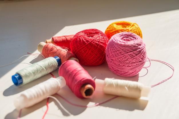 Композиция с швейными нитками