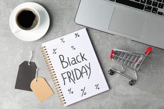 작은 쇼핑 카트 및 노트북 구성입니다. 검은 금요일 개념