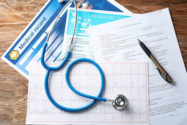청진 기 및 나무 테이블에 문서 구성입니다. 건강 관리 개념