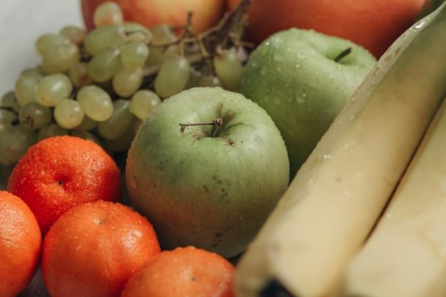 Композиция с летними красочными свежими фруктами на деревянном белом фоне