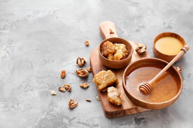 テーブルの上に甘い蜂蜜との組成物