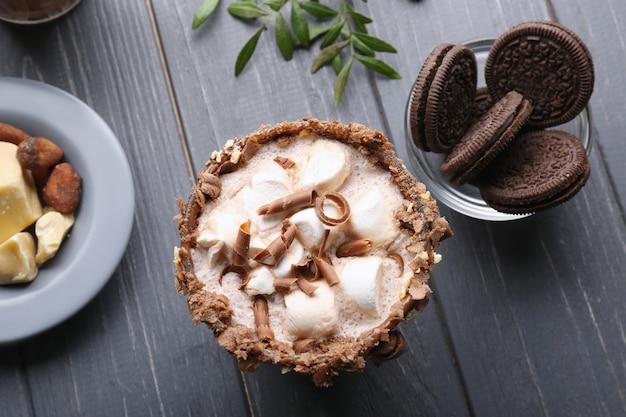 木製のテーブルにおいしいココアドリンクを使った組成物
