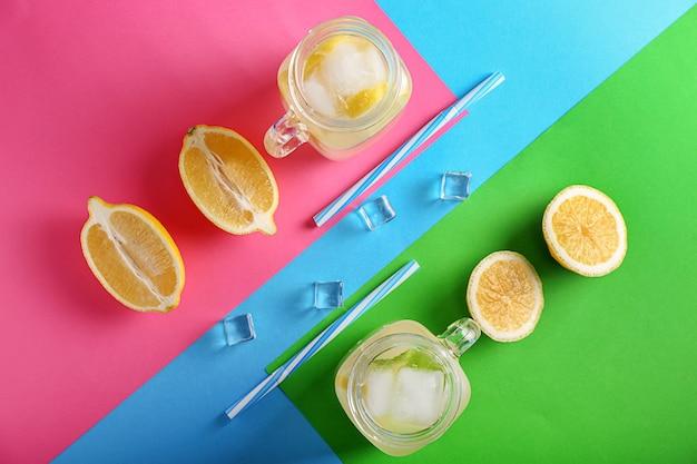 Композиция с вкусным лимонадом на цветном фоне