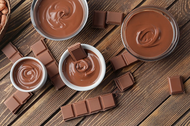 木の表面においしい溶かしたチョコレートを使った組成物、上面図