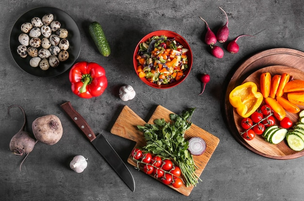 테이블에 맛있는 샐러드와 신선한 야채 구성, 평평하다