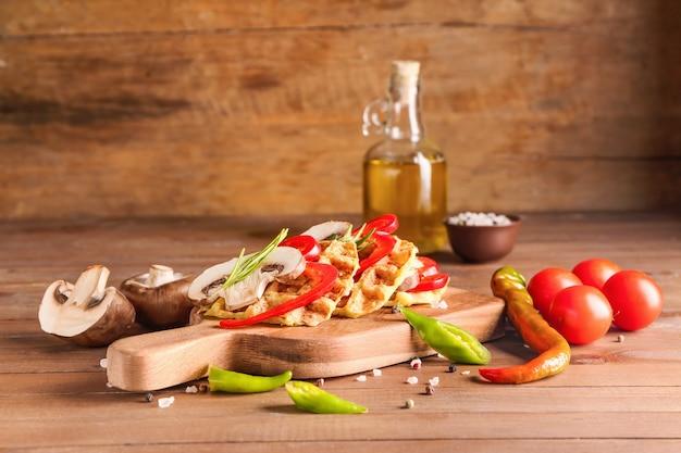 木製のテーブルの上においしいスカッシュワッフルと野菜を使った構成
