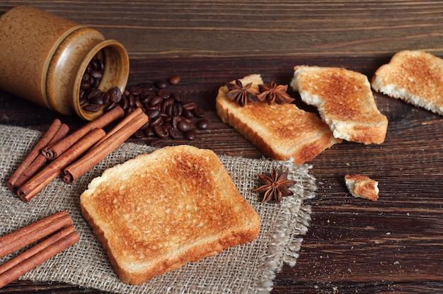 오래된 나무 테이블에 구운 빵과 다양한 물건으로 구성