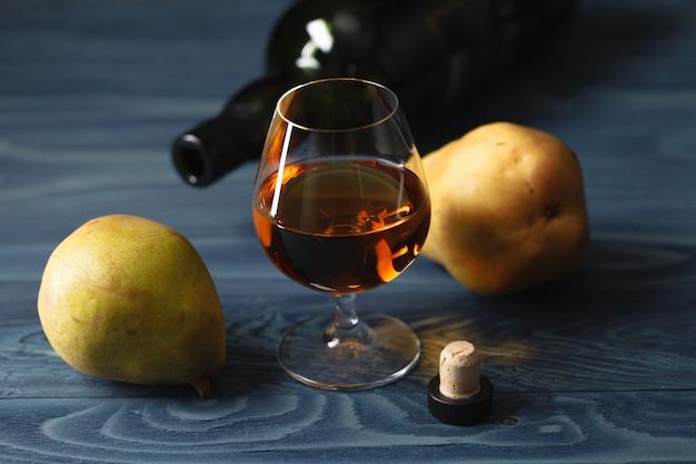 Композиция с традиционным фруктовым бренди и грушей