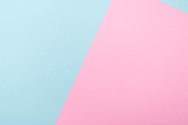 青とピンクの2色の紙、パステルトーン、テキスト用のスペースを備えたレイアウトの構成