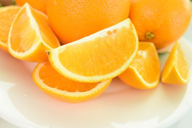 Состав с разнообразными органическими овощами и фруктами. сбалансированная диета.