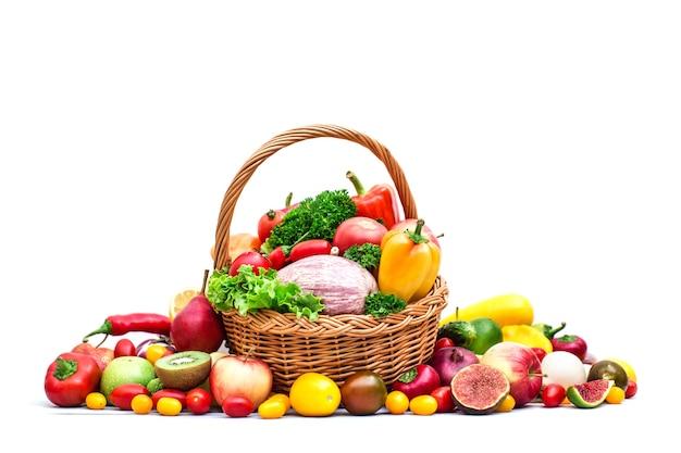 Композиция с овощами и фруктами в плетеной корзине