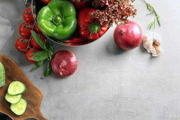 테이블에 야채와 함께 구성