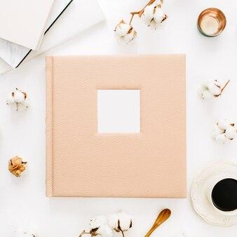 결혼식이나 가족 사진 앨범, 면봉, 흰색 표면에 커피 컵 구성