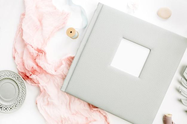 結婚式や家族の写真アルバム、アジサイの花の花束、白い表面にパステルピンクの毛布で構成