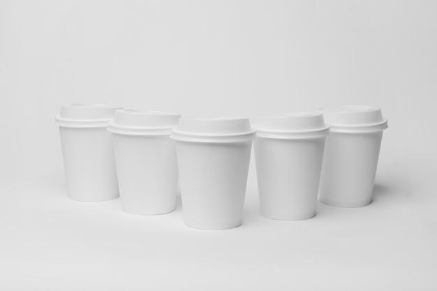 Composizione con tazzine da caffè bianche
