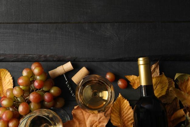 Композиция с вином и виноградом на деревянных фоне, вид сверху