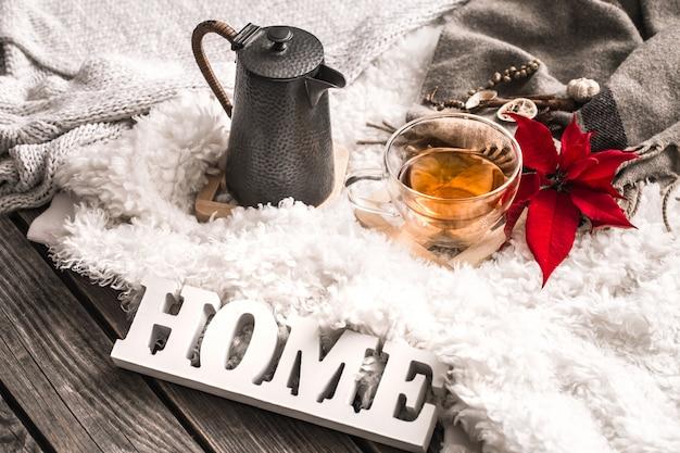 Композиция с деревянными буквами и чашкой чая