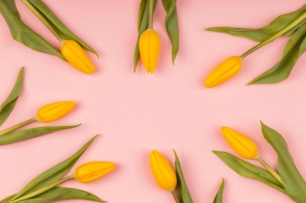 Composizione di tulipani gialli con copia spazio