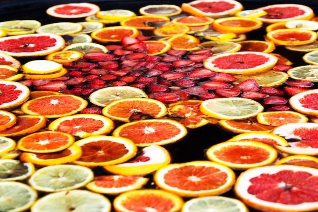 Компот из фруктов. фруктовая вода. русский сбитень. компот из апельсина и клубники.