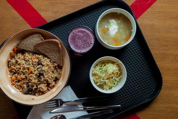 신선한 천연 제품, 샐러드 및 음료로 만든 다양한 요리를 포함하는 포괄적 인 점심 유럽식 레스토랑. 수프, 필라프 및 설탕에 절인 과일이 포함 된 비즈니스 올 인 클루 시브 점심 식사