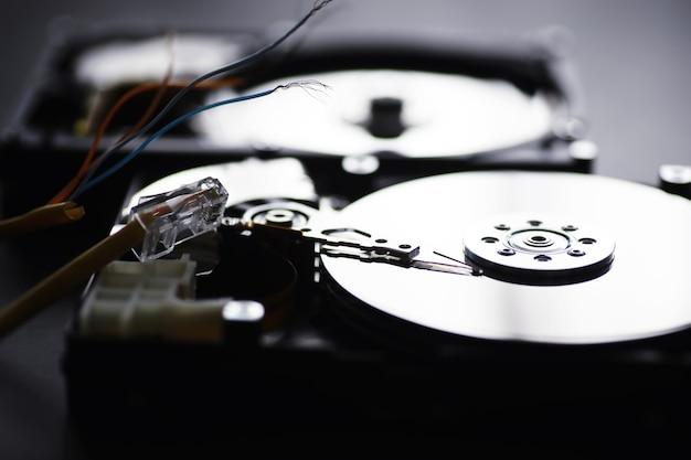 コンピュータアクセサリー。分解されたハードドライブ。コンポーネントpcの修理。外付けハードドライブが壊れています。コンピューターの背景。