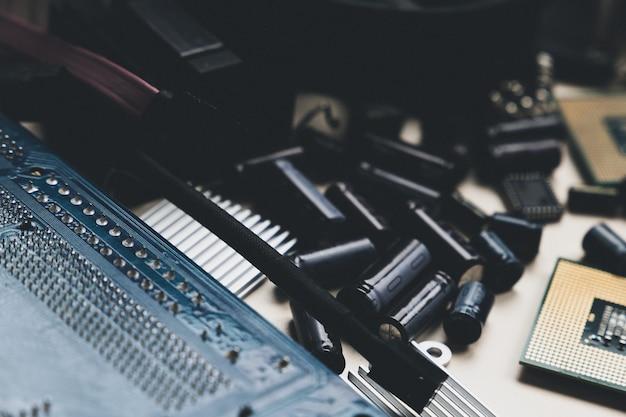 コンピューターとラップトップのハードウェアコンデンサーとチップpc修理アセンブリエンジニアリングの背景