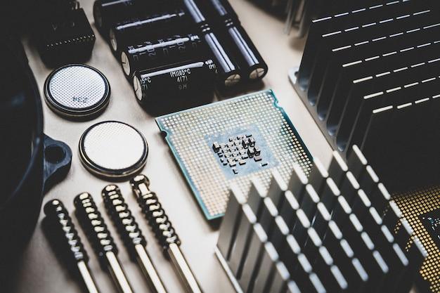 白い背景の上のコンピューターとラップトップハードウェアpc部品上面図修理エンジニアリング