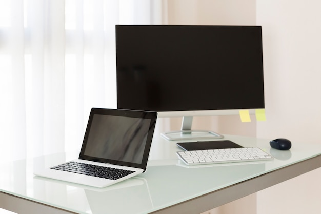 デスク上のコンピュータとラップトップ