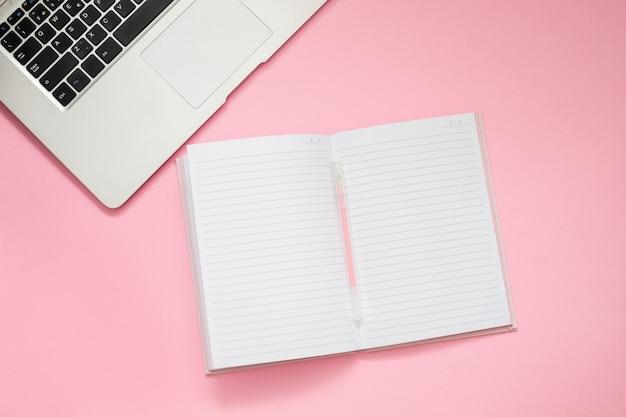 Компьютер и бумажник на розовом фоне