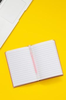 Компьютер и бумажник на желтом фоне