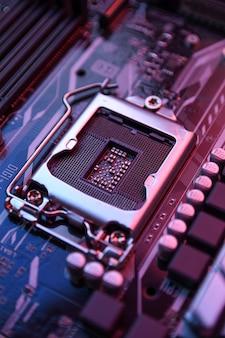 마더보드의 컴퓨터 중앙 프로세서 소켓 및 전자 부품 cpu gpu 메모리 및 비디오 카드용 다른 소켓이 닫힙니다.